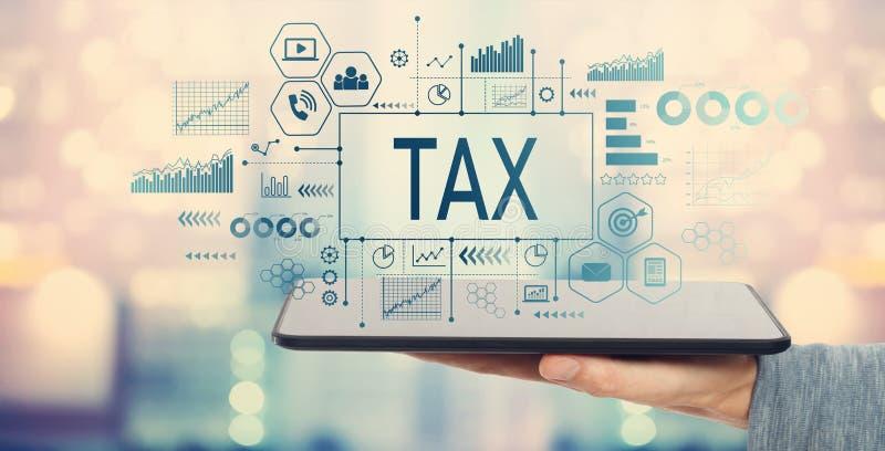 Impôt avec la tablette photo stock