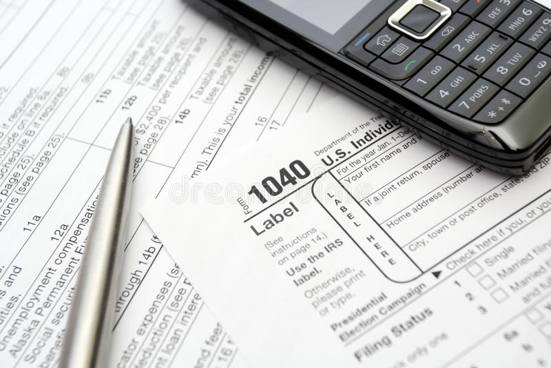 Impôts et formes, téléphone portable et crayon lecteur photo libre de droits