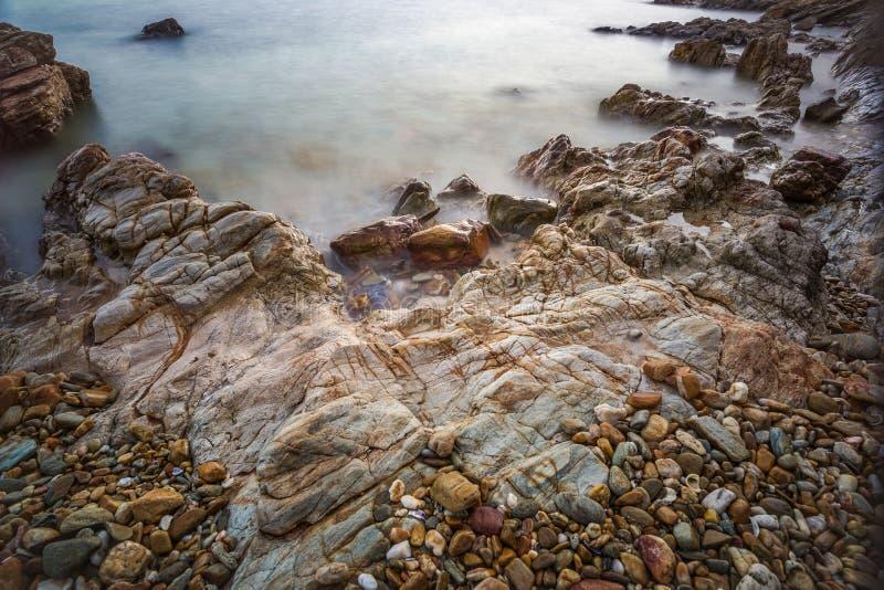 Impacto da onda do mar com raia da rocha como uma água da fervura fotografia de stock