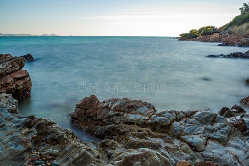Impacto da onda do mar com raia da rocha como uma água da fervura com céu claro fotos de stock royalty free