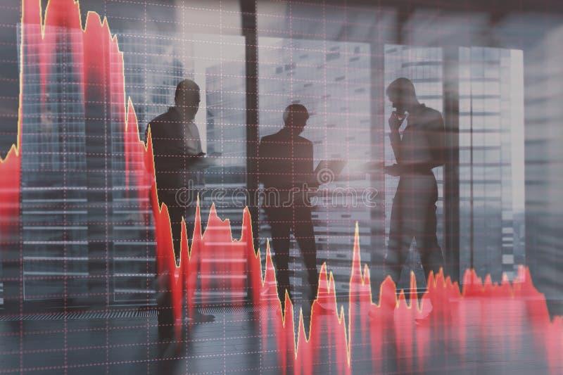 Impacto de mercados de valores de ação, estoque para baixo Gráficos contra um fundo abstrato dos povos de cidade foto de stock royalty free