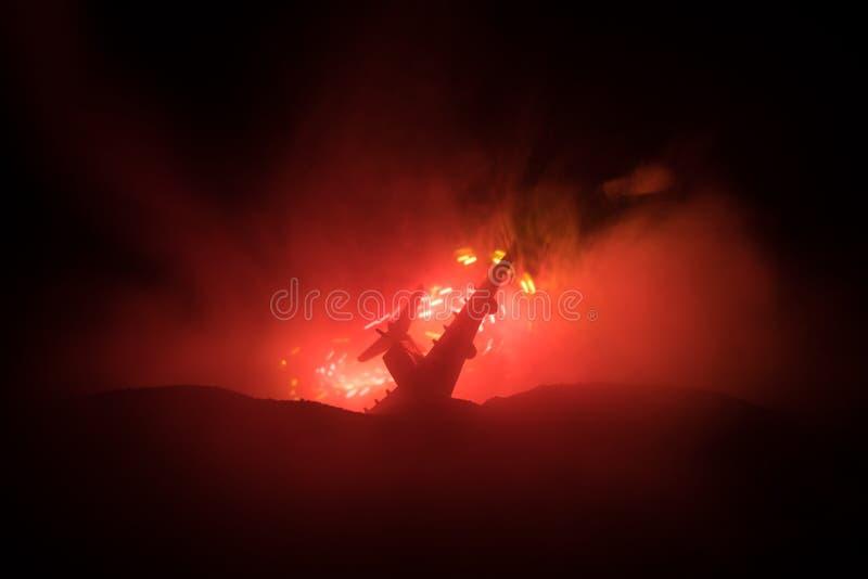 Impacto do ar Plano de queda de queimadura O plano deixado de funcionar à terra Decorado com o brinquedo no fundo escuro do fogo  imagem de stock