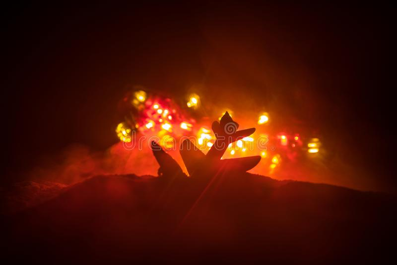 Impacto do ar Plano de queda de queimadura O plano deixado de funcionar à terra Decorado com o brinquedo no fundo escuro do fogo  imagens de stock royalty free