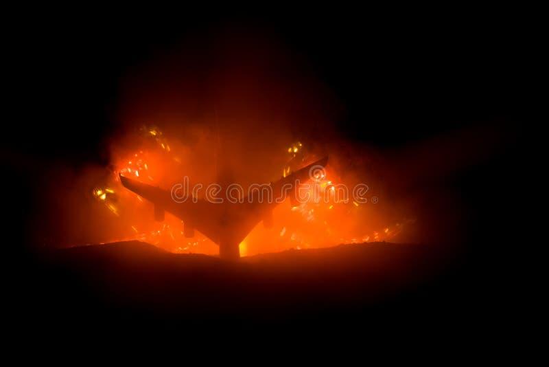 Impacto do ar Plano de queda de queimadura O plano deixado de funcionar à terra Decorado com o brinquedo no fundo escuro do fogo  fotos de stock