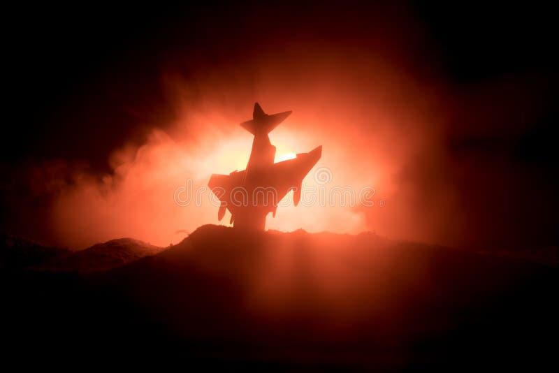 Impacto do ar Plano de queda de queimadura O plano deixado de funcionar à terra Decorado com o brinquedo no fundo escuro do fogo  fotografia de stock