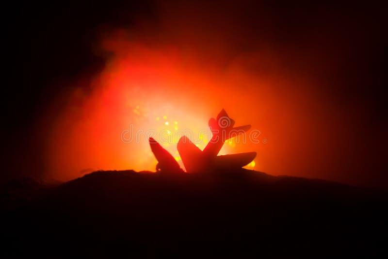 Impacto do ar Plano de queda de queimadura O plano deixado de funcionar à terra Decorado com o brinquedo no fundo escuro do fogo  fotos de stock royalty free