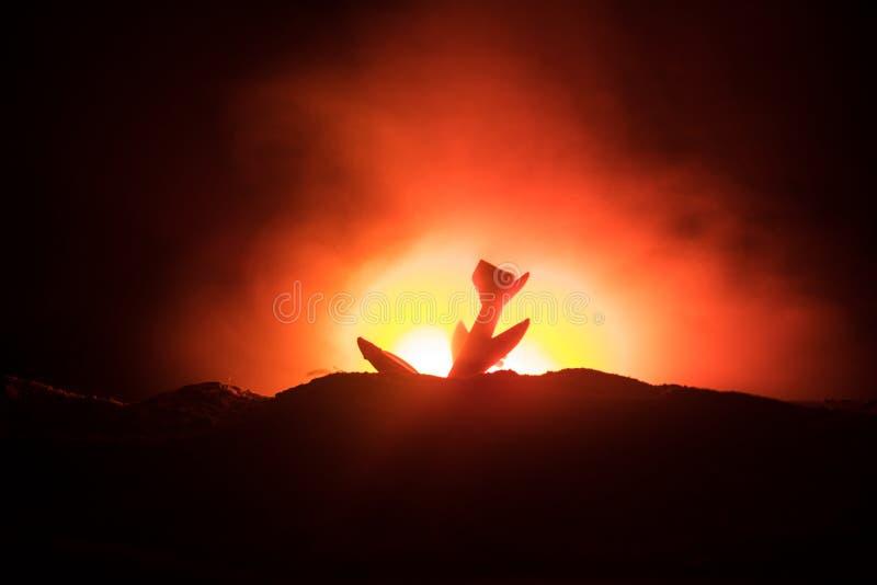 Impacto do ar Plano de queda de queimadura O plano deixado de funcionar à terra Decorado com o brinquedo no fundo escuro do fogo  imagens de stock