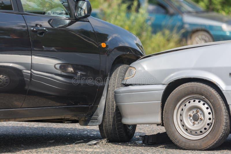 Impacto do automóvel do carro do acidente de trânsito na estrada em uma cidade fotos de stock royalty free