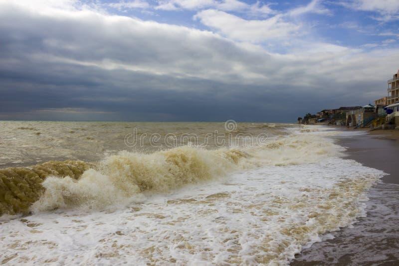 Impactos da onda do mar na praia foto de stock
