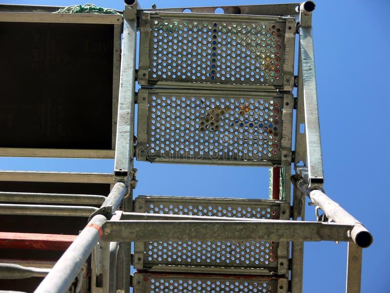 Impalcatura d'acciaio galvanizzata dalla prospettiva al suolo con cielo blu 2 immagine stock