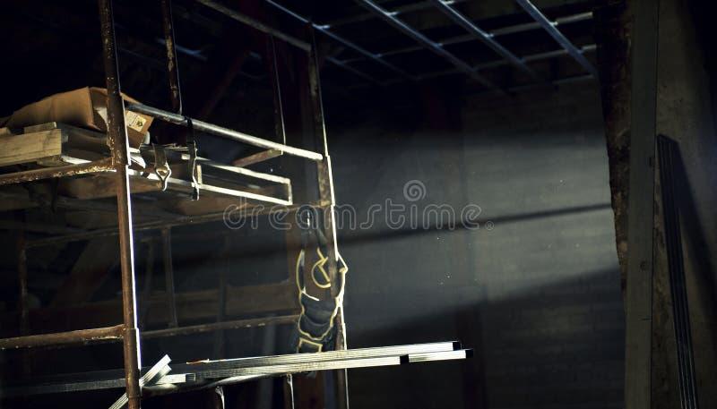 Impalcatura retroilluminata nella soffitta immagine stock