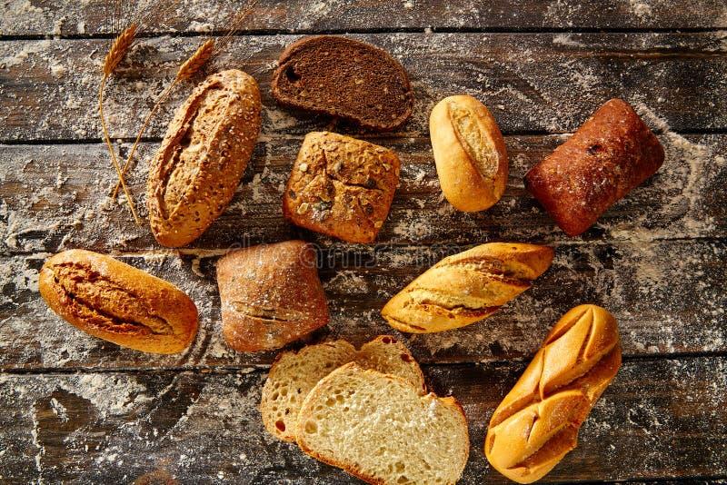 Impani la pagnotta mista in una farina rustica di frumento e di legno immagine stock libera da diritti