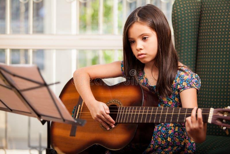 Imparando come giocare la chitarra immagini stock