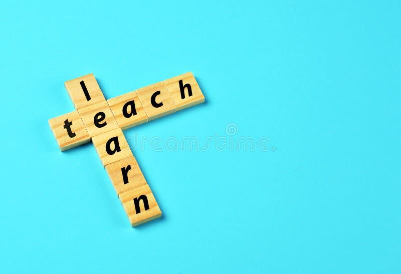 Impari ed insegni alla nuvola di parola di concetto immagini stock