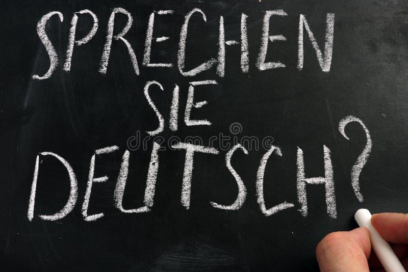 Impari il tedesco Segno di Sprechen Sie Deutsch su una lavagna fotografie stock libere da diritti