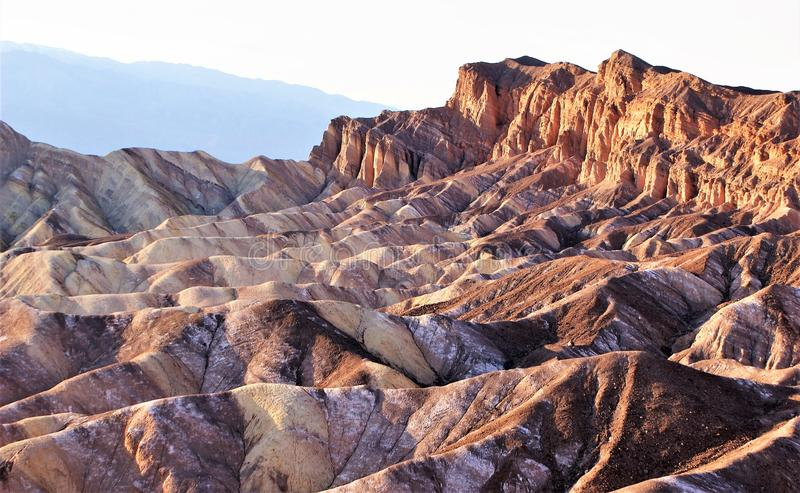 Impassible Death Valley som eroderar berg royaltyfria bilder