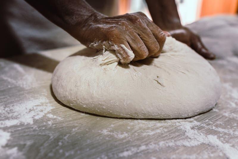 Impasti il pane in un forno tradizionale immagine stock libera da diritti