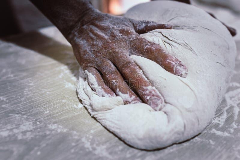 Impasti il pane in un forno tradizionale fotografie stock