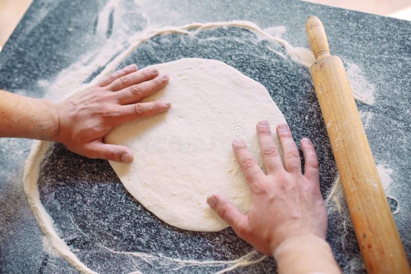 Impasti la pasta con gli ingredienti Concetto della pizza e della cucina immagine stock libera da diritti