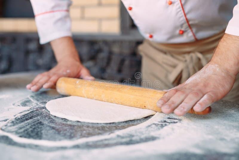 Impasti la pasta con gli ingredienti Concetto della pizza e della cucina immagine stock
