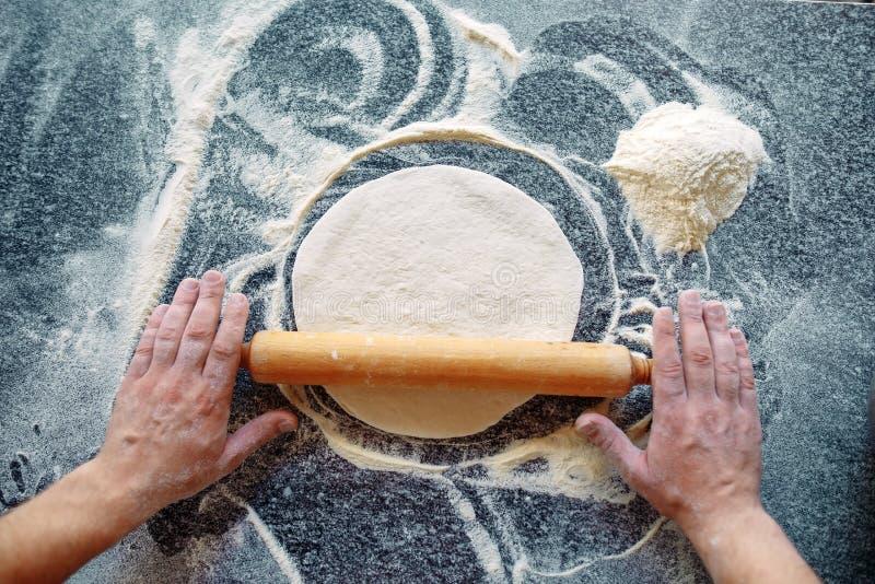 Impasti la pasta con gli ingredienti Concetto della pizza e della cucina fotografia stock