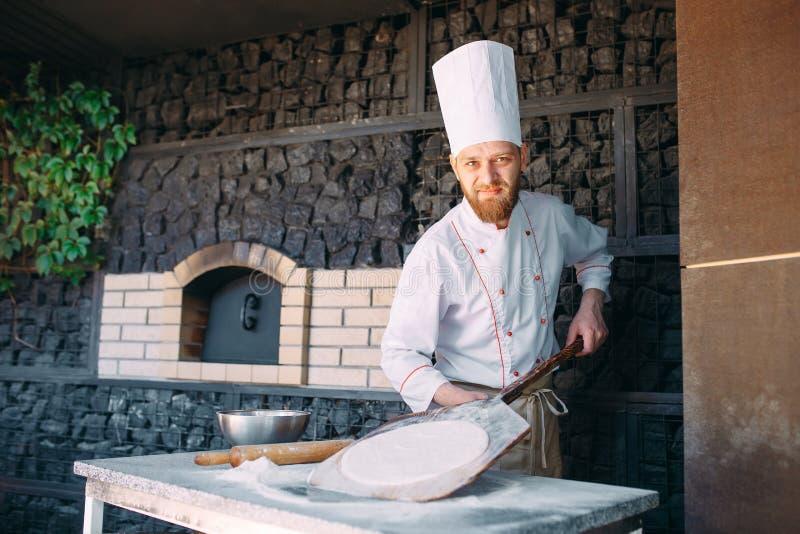 Impasti la pasta con gli ingredienti Concetto della pizza e della cucina fotografia stock libera da diritti
