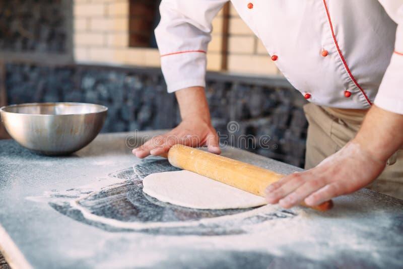 Impasti la pasta con gli ingredienti Concetto della pizza e della cucina fotografie stock libere da diritti