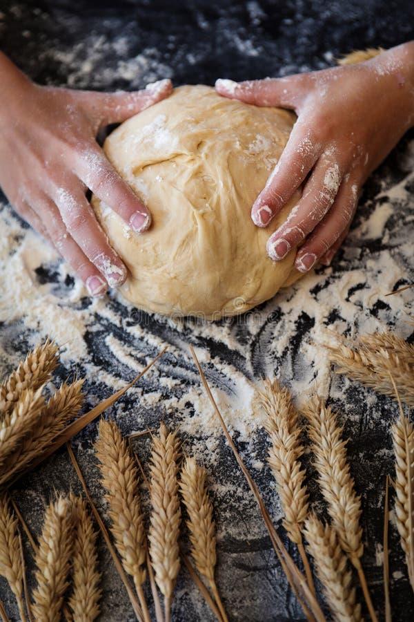 Impasti la pasta con grano su fondo scuro immagini stock libere da diritti