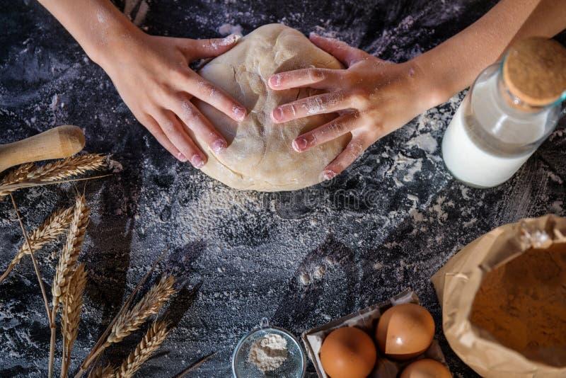 Impasti la pasta con grano su fondo scuro fotografia stock