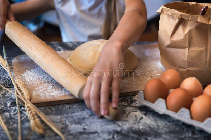 Impasti la pasta con grano su fondo scuro immagini stock