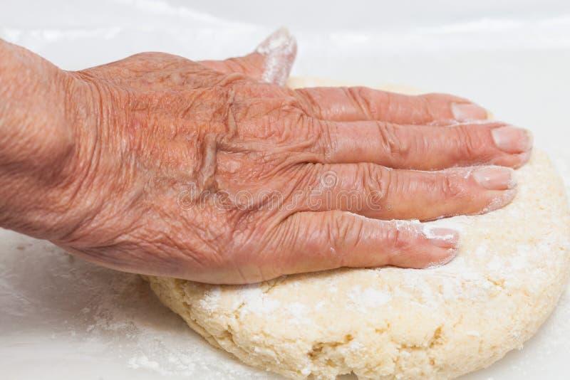 Impasti a mano la pasta dei biscotti immagine stock