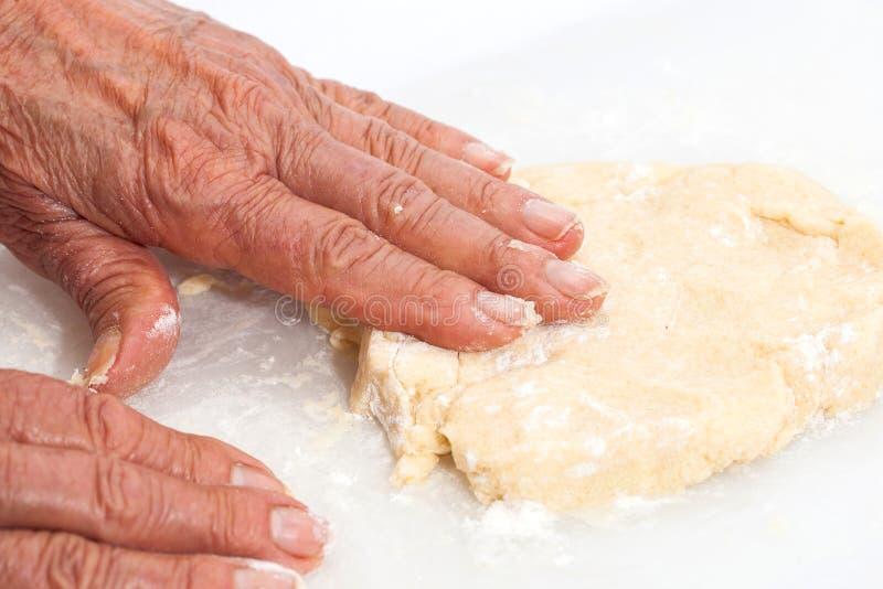 Impasti a mano la pasta dei biscotti immagini stock