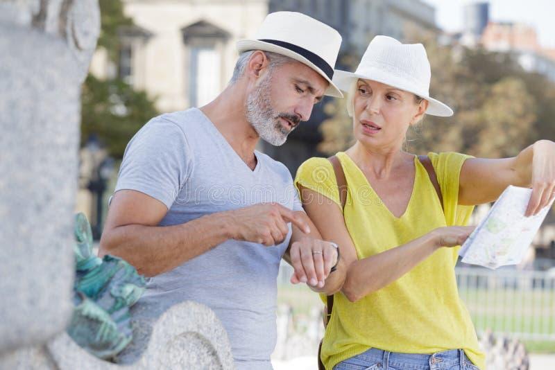 Impatient-homme dirigeant la montre comme l'épouse veut visiter plus photographie stock