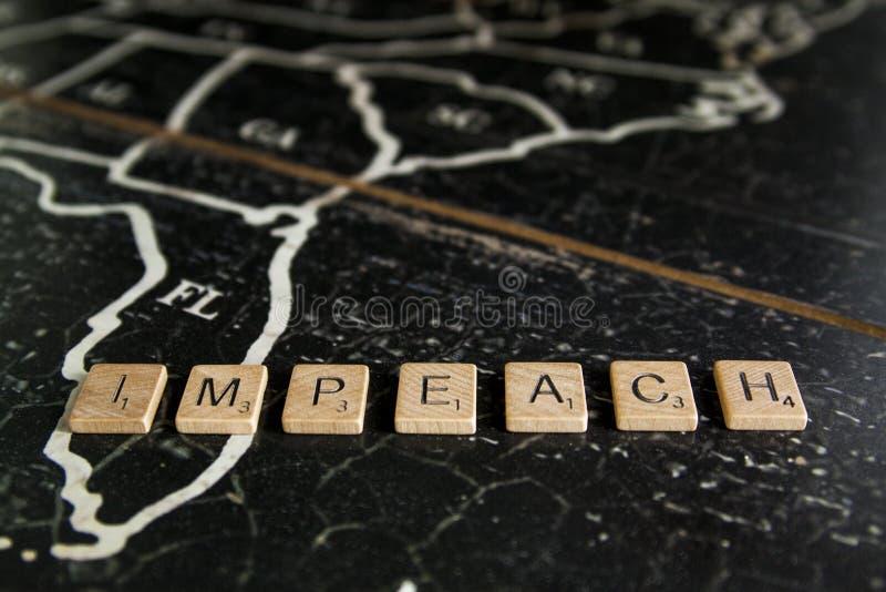 Impeach deletreó con las tejas en el mapa de Estados Unidos fotografía de archivo