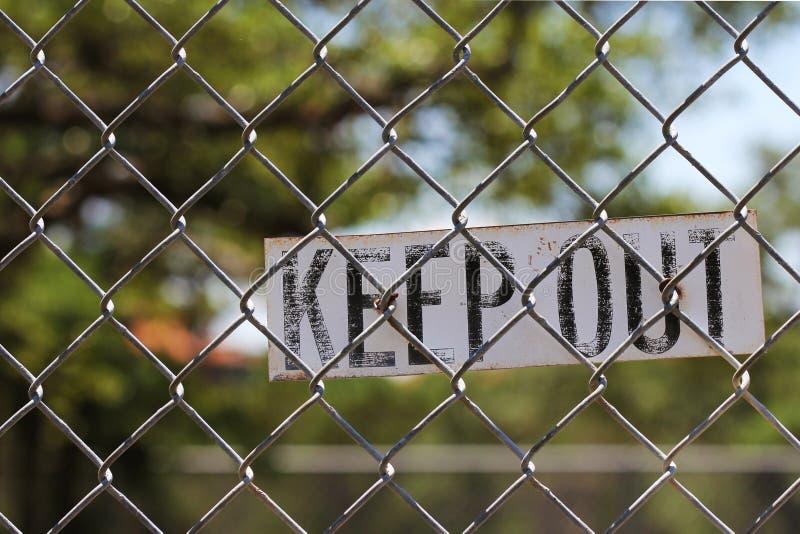 Impedisca di entrare il segno sul recinto immagine stock libera da diritti