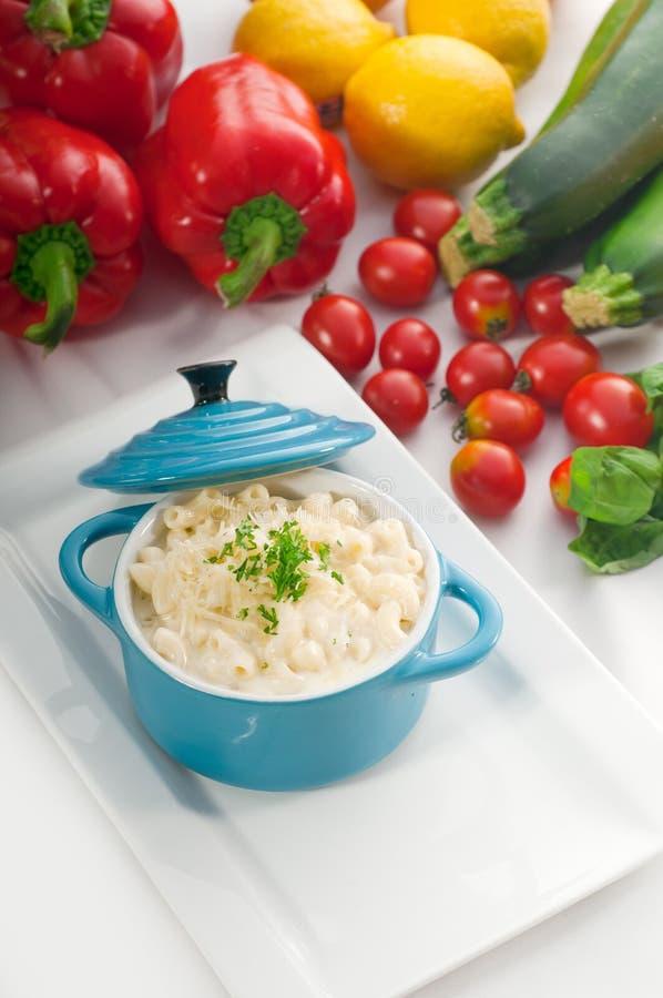 3674324 imper et fromage sur un petit pot d'argile bleu photo stock