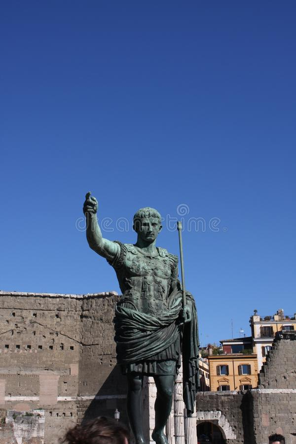 Imperatori romani sulle vie della città di Roma fotografie stock libere da diritti