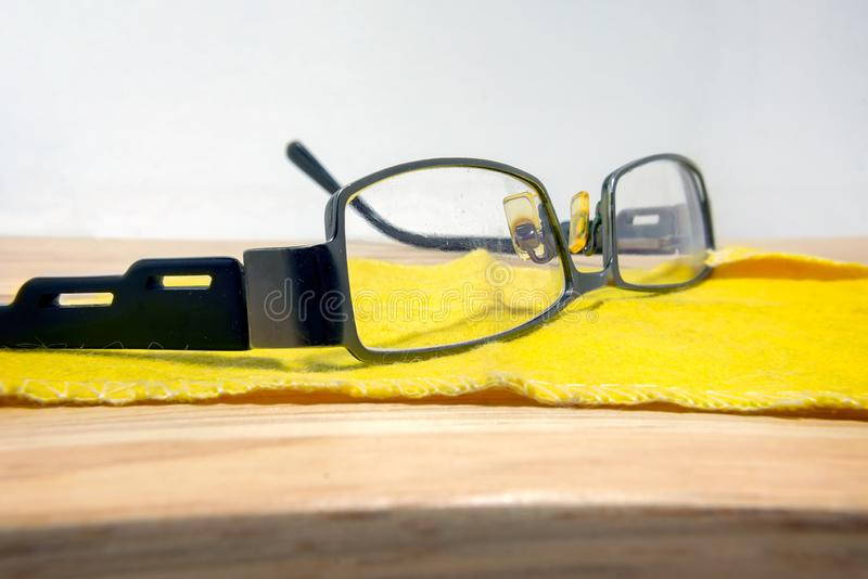 Imperfeição e riscos na lente de um par de monóculos fotografia de stock