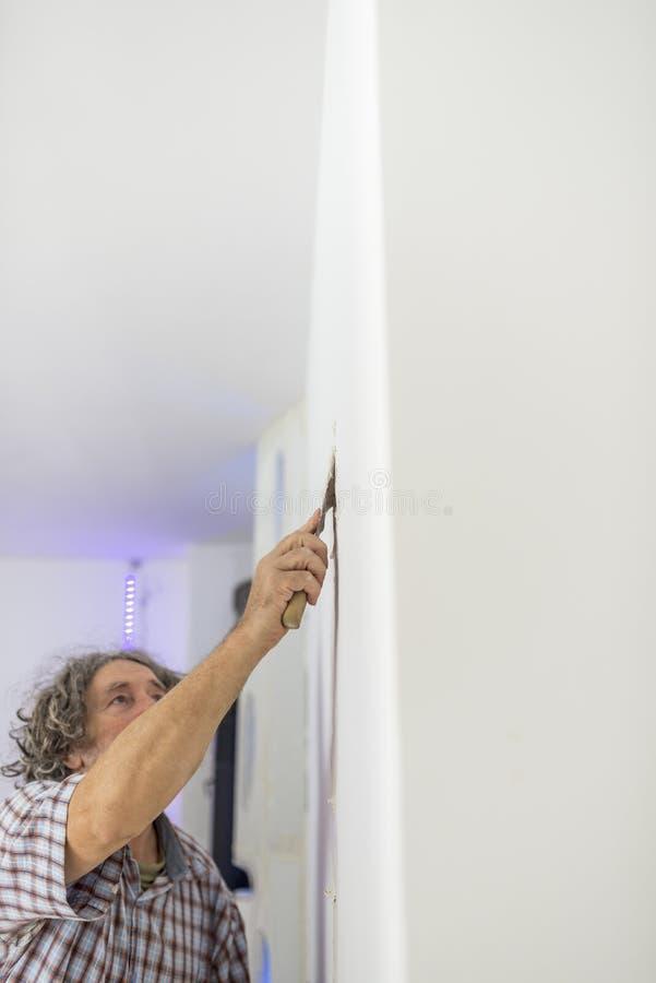 Imperfezioni di ritocco del decoratore in una parete fotografie stock