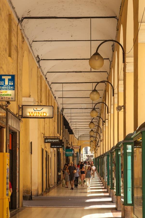 Imperia - plaza Dante Archway imágenes de archivo libres de regalías
