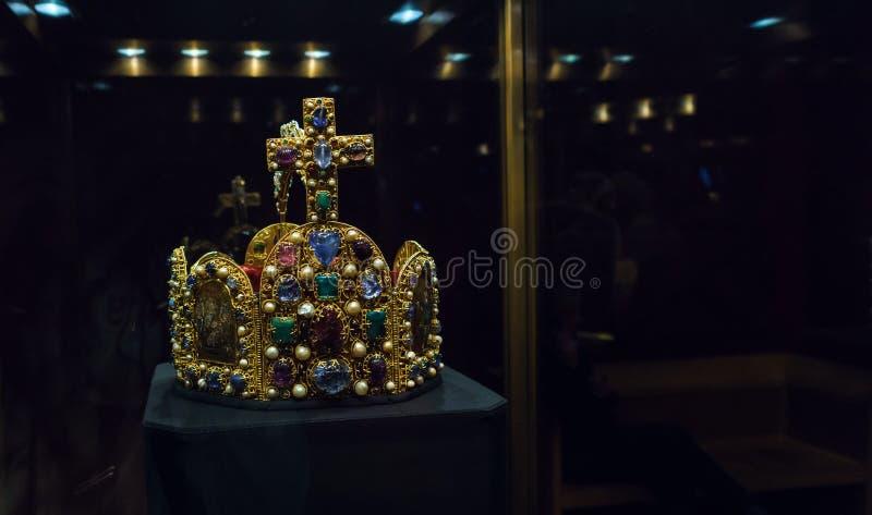 Imperialistisk krona i Kaiserliche Schatzkammer, Wien, Österrike royaltyfria bilder