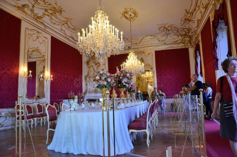 Imperialistisk matställetabell i slotten i Wien royaltyfria foton