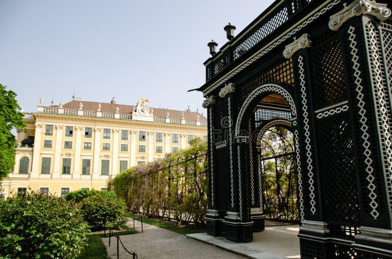 Imperialistiska trädgårdar av schonbrunnslotten i Wien arkivfoton