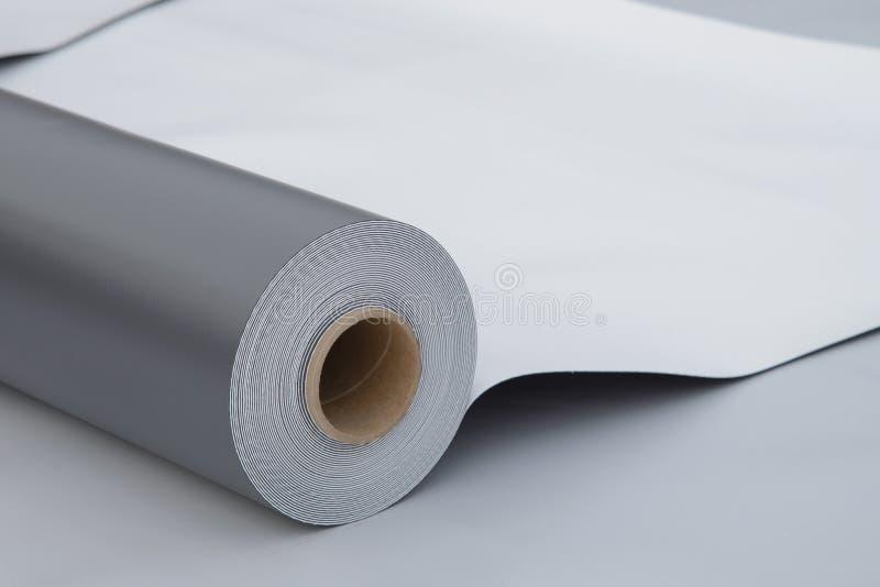 Imperméabilisation et isolation au chantier de construction, petit pain ouvert de membrane de PVC se trouvant sur le plan rapproc photo libre de droits