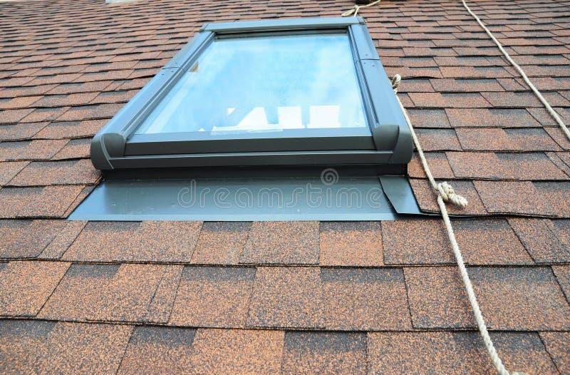 Impermeabilización del tragaluz de la ventana del ático de la casa de la reparación al aire libre foto de archivo libre de regalías
