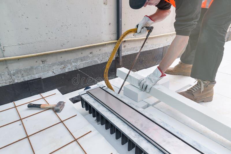 Impermeabilización y aislamiento térmico de una terraza - tejado Reparación casera imagen de archivo libre de regalías
