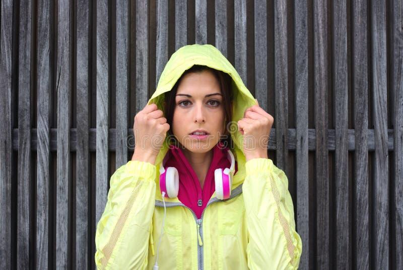 Download Impermeable Serio Del Deporte Del Atleta Que Lleva De Sexo Femenino Con La Capilla Foto de archivo - Imagen de muchacha, intenso: 41907422