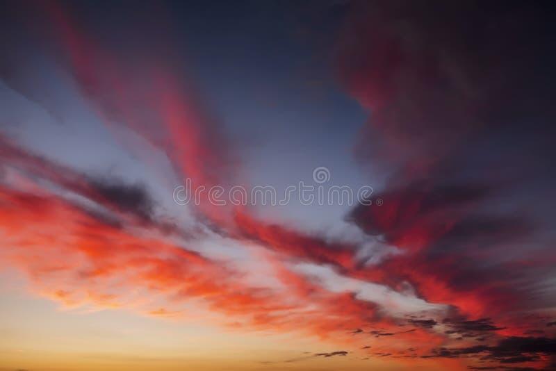 Impetuosamente, céu do por do sol das cores alaranjadas e vermelhas fotografia de stock