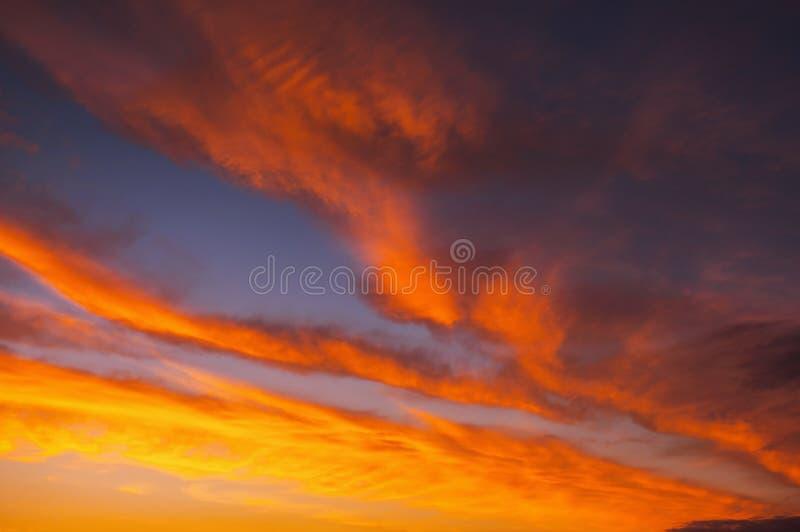 Impetuosamente, céu do por do sol das cores alaranjadas e vermelhas foto de stock royalty free