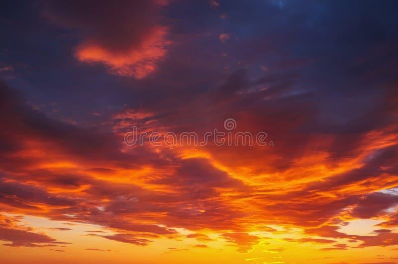 Impetuosamente, céu do por do sol das cores alaranjadas e vermelhas imagem de stock royalty free
